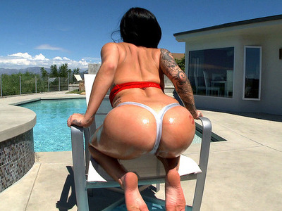 Karmen Karma demonstrates her perfect round booty outdoor