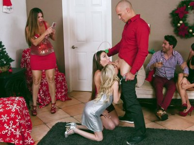Teens Piper Perri and Jessie Wylde give blowjob